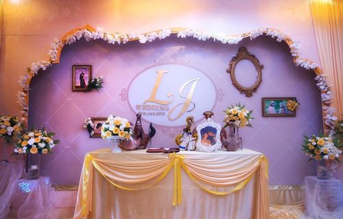 点比室外婚礼来得多,室内婚礼的布置,往往离不开鲜花,纱幔,布艺,气球